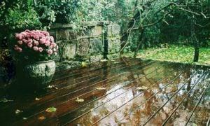 Deska tarasowa podczas deszczu