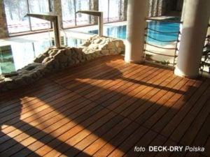 Taras drewniany przy basenie - zdjęcie