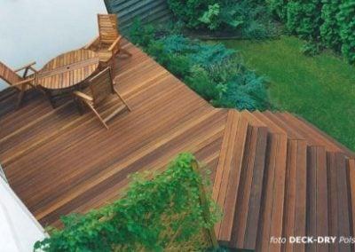 typowy taras drewniany i schody tarasowe