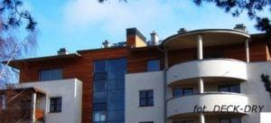 Budynek wielorodzinny i deska elewacyjna