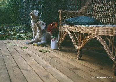 Meble Ogrodowe na Podłodze Drewnianej