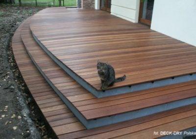 Ogród i wyjście z tarasu drewnianego