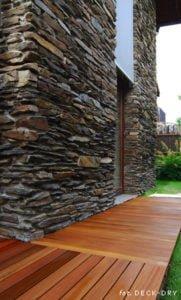 Przy ogrodzie ściana i taras drewniany