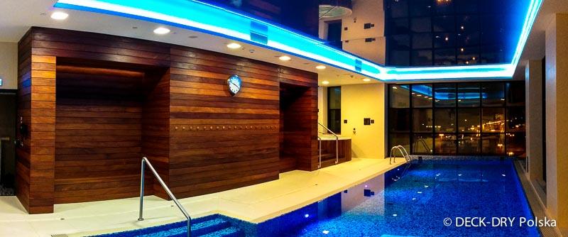 wnętrze z drewnem egzotycznym na basenie