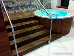 Drewno jest idealnym materiałem do obudowy jacuzzi i basenu.