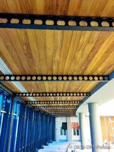 Deski drewniane na suficie korytarza zdjęcie