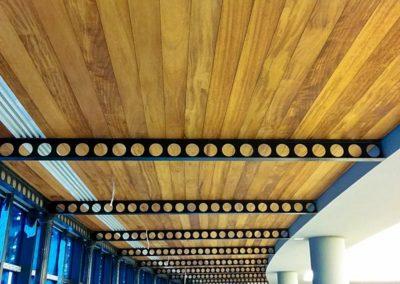Deski drewniane na suficie korytarza Deck-Dry