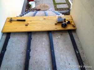 Montaż deski tarasowej na legarach i budowa schodów.