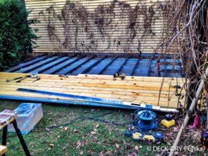 montarz deski tarasowej w ogrodzie