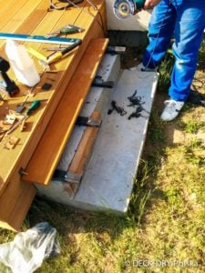 montaż tarasu z desek tarasowych na Łatach drewnianych - podkład stopnie betonowe - zdjęcie z budowy.