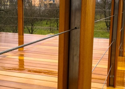 Słupki balustrady ze stali nierdzewnej w połączeniu z drewnem