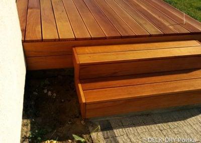 stopnie drewniane w ogrodzie