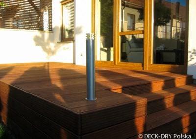 taras drewniany i oświetlenie w ogrodzie