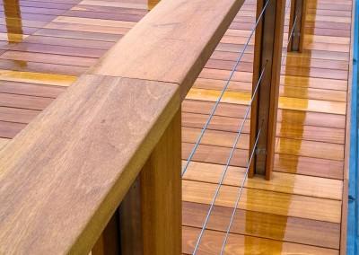 Taras z balustradą i pochwytem z drewna na każdy taras przy domu