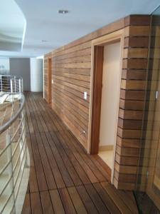 montaż stolarki z drewna egzotycznego nowoczesna boazeria zdrewna egzotycznego pięknie się prezentuje na każdej ścianie