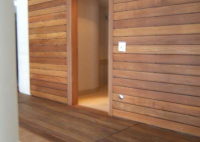 scianka z drewna egzotycznego, drewno na ścianie można stosować w pomieszczeniach o dużej wilgotności najlepiej do tego nadaje się drewno egzotyczne