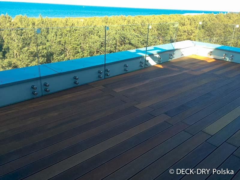 taras drewniany nad morzem