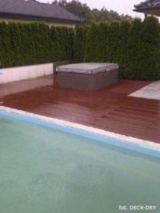 Taras zewnętrzny przy basenie z deski kompozytowej DECK-DRY EKO.