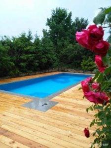 Taras zewnętrzny przy basenie z drewna rodzimego modrzew syberyjski.