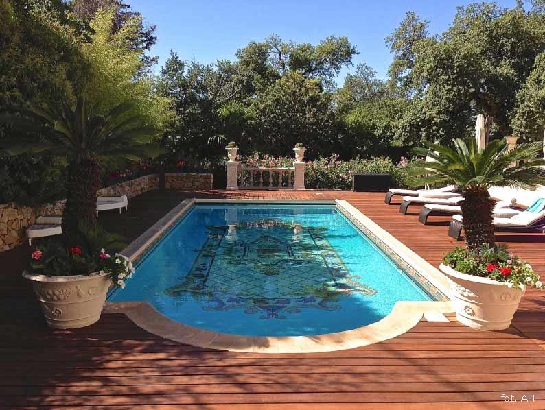 Taras przy basenie: z jakiego materiału zamontować?